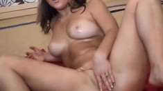 Solo girl fingering her juicy hole on bed